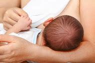 femme allaite bébé