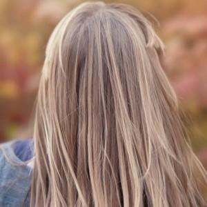 Automne : renforcer ses cheveux et prévenir leur chute01